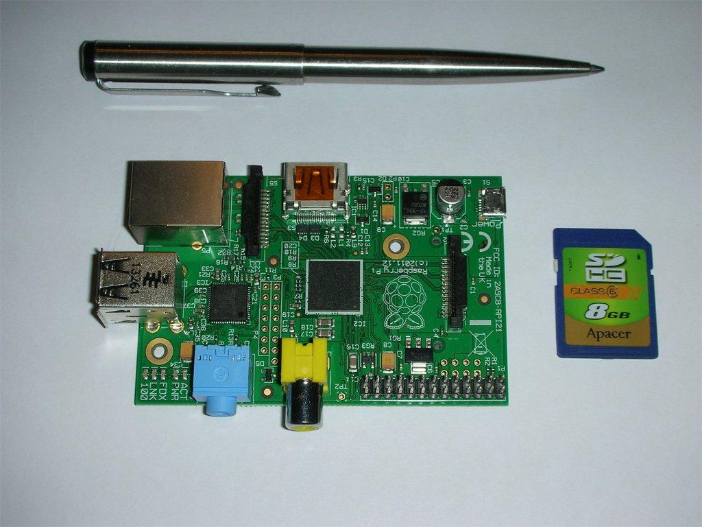 Фото Raspberry Pi model B в сравнении с SD карточкой и ручкой
