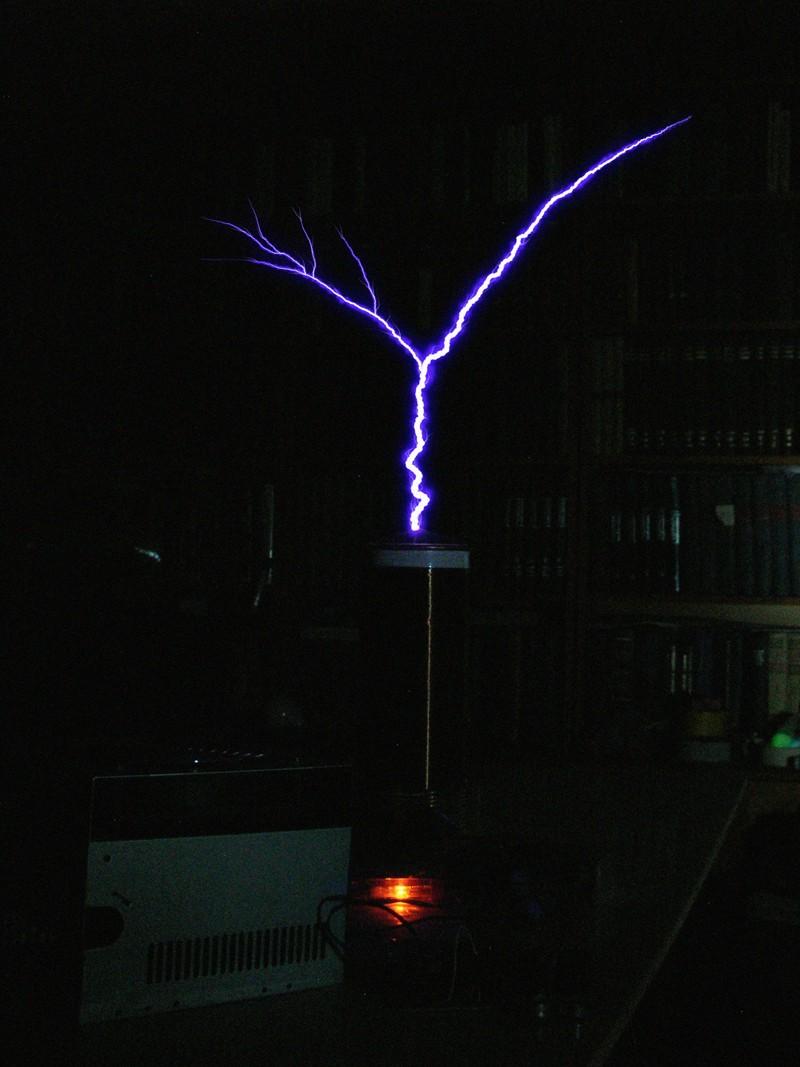 Тесла SSTC с управляемой накачкой (вероятно аналог QCW DRSSTC) - фотография стриммера