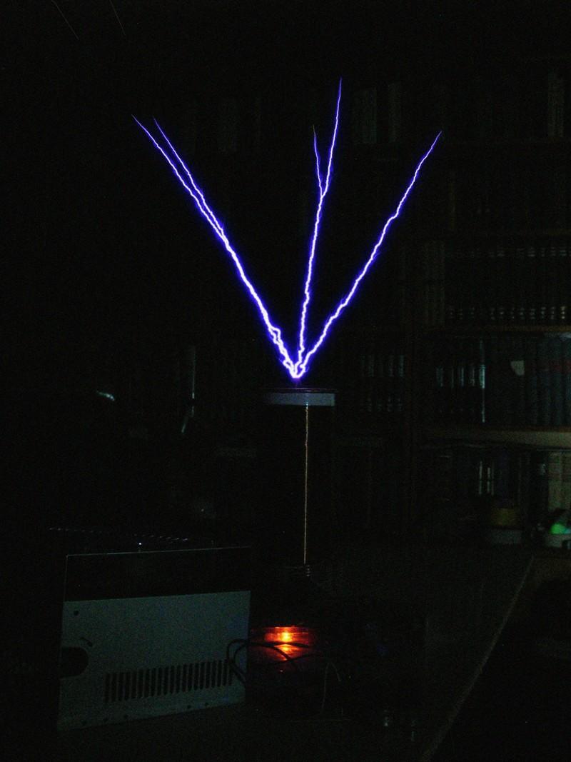 Фотография стриммера теслы SSTC с плавной накачкой