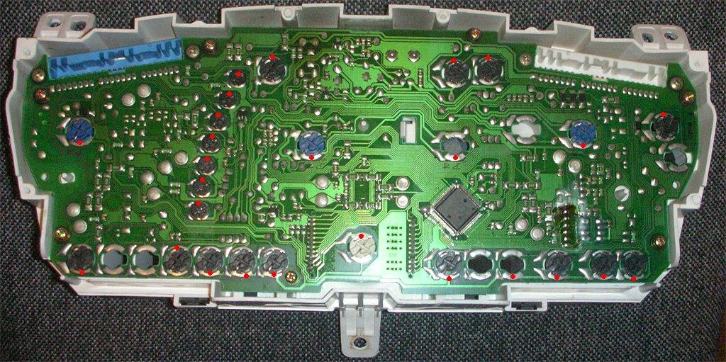 Mitsubishi Lancer IX - панель приборов - все положительные контакты отмечены красными точками