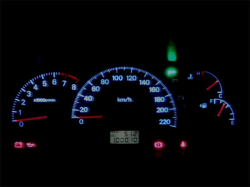 Доработанная приборная панель в автомобиле - в темноте