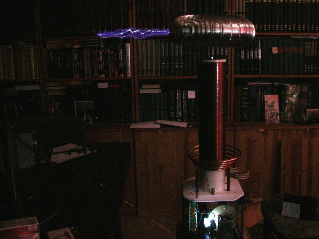 Трансформатор тесла с низковольтным питанием в работе - 25 сантиметров искры